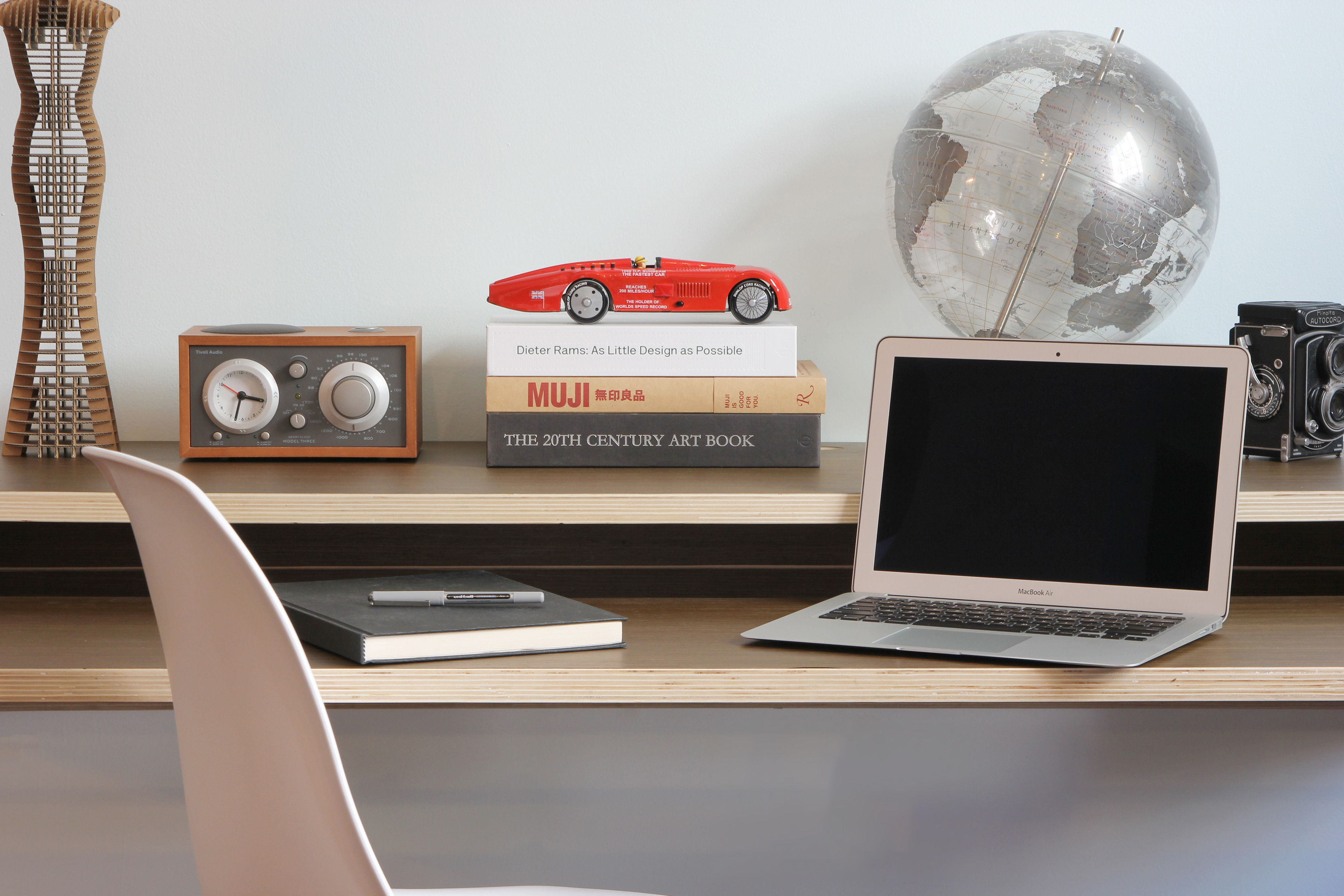 Minimal Wall Desk By Dario Antonioni Makes The Top 5 List For Dwr Dwell S Live Work